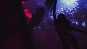 La silhouette disparaissent vont drapeau de vague de fille sur la partie dans la boîte de nuit sur l'étape dans l'écran avant banque de vidéos