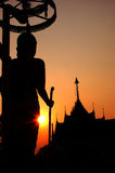 La silhouette du Bouddha coupant le coucher du soleil Photos libres de droits
