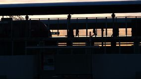 La silhouette du métro est arrivée à la station, les gens laissant les chariots ferroviaires marchant sur la plate-forme pendant banque de vidéos