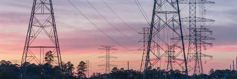 La silhouette industrielle de groupe de fond de la transmission domine le su Photographie stock libre de droits