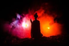 La silhouette musulmane d'hommes a brouillé le fond, les silhouettes, la lumière de la foi, espoir, foi, supplication photographie stock libre de droits