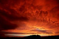 La silhouette opacifie le coucher du soleil Photographie stock libre de droits