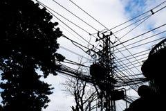 La silhouette, poteau électrique avec ont les transformateurs un Image libre de droits