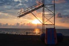 La silhouette renversante des personnes sur l'écho arénacé échouent apprécier le coucher du soleil Vue arrière des chiffres des p Photographie stock libre de droits