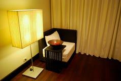 La silla con la lámpara Fotografía de archivo libre de regalías