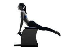 La silla de los pilates de la mujer ejercita aptitud aislada Imagen de archivo