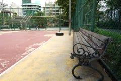 La silla de madera cruza el estadio al aire libre para la reserva para el atleta fotos de archivo