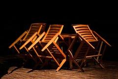 La silla de madera volcó en la tabla en el restaurante de la noche Fotografía de archivo