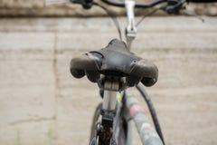 La silla de montar de la bicicleta está quebrada de detrás imagen de archivo libre de regalías