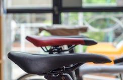 La silla de montar bikes el vintage moderno imagenes de archivo