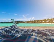 La silla de playa en la arena con el océano del cielo azul y del verano con turquesa riega el fondo Verano, vacaciones, viaje y d imagenes de archivo