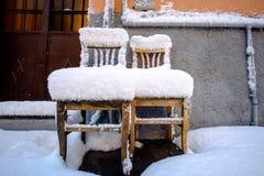 La silla debajo de la nieve Foto de archivo libre de regalías