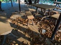 La silla del polvo en un piso de madera Foto de archivo