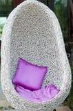 La silla oval blanca con la almohada Foto de archivo