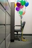 La silla vacía de la oficina con los globos ató a ella Imágenes de archivo libres de regalías