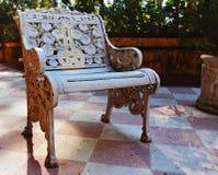 La silla vieja del hierro en el pórtico imagen de archivo libre de regalías