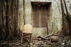 La silla vieja y la ventana fotografía de archivo libre de regalías