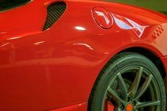 La silueta agraciada del cuerpo, coche de deportes del pasajero, agresivo, ardientemente rojo fotografía de archivo libre de regalías