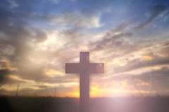 La silueta de Jesús con cruza encima el concepto de la puesta del sol para la religión, Fotografía de archivo libre de regalías