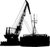 La silueta de la lancha a remolque y la flotación crane adentro Fotos de archivo
