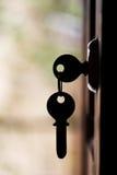 La silueta de la puerta afina el colgante en la puerta abierta Imagen de archivo libre de regalías