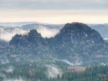 La silueta de las copas del top de las colinas en la niebla, siente el silencio Foto de archivo