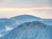 La silueta de las copas del top de las colinas en la niebla, siente el silencio Fotografía de archivo