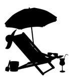 La silueta de las sillas de playa y los paraguas vector a IL Imágenes de archivo libres de regalías