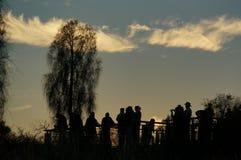 la silueta de los turistas enyoing salida del sol en Uluru, ayers oscila, el centro rojo de Australia, Australia fotos de archivo libres de regalías