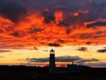 La silueta de la luz de la montaña bajo puesta del sol foto de archivo libre de regalías