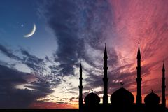 La silueta de la mezquita del cielo nocturno, luna creciente protagoniza, Ramadan Kareem fotos de archivo libres de regalías