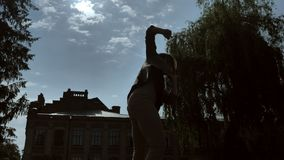 La silueta de la muchacha desconocida joven está bailando en sombra en d3ia, en verano, concepto del movimiento, visión inferior, almacen de metraje de vídeo