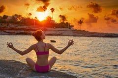 La silueta de la muchacha en los brazos abiertos de la playa se relajó imágenes de archivo libres de regalías
