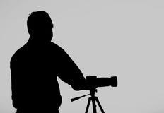 La silueta de Photographer con su trípode Fotos de archivo