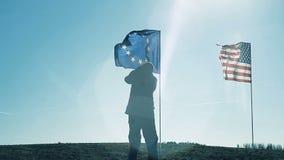 La silueta de un hombre que toma imágenes de banderas metrajes