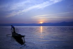 La silueta de un pescador en el lago Inle fotografía de archivo