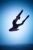 La silueta del bailarín de ballet joven que salta en a Fotos de archivo