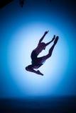 La silueta del bailarín de ballet joven que salta en a Imagenes de archivo