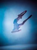 La silueta del bailarín de ballet joven que salta en a Foto de archivo
