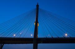 La silueta del fragmento de un cable permanecía el puente Imagen de archivo