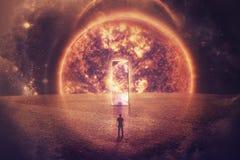 La silueta del hombre se coloca delante de una puerta enorme del espejo en un planeta imaginario imágenes de archivo libres de regalías