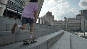 La silueta del inconformista del hombre joven está montando el monopatín en d3ia en el verano, concepto urbano, concepto del depo almacen de video