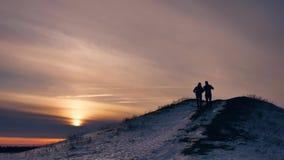 La silueta del invierno de la gente hace luz del sol de la nieve de la alegría de la fotografía del selfie grupo de turistas que  almacen de metraje de vídeo