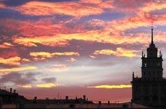 La silueta del paisaje urbano en una puesta del sol hermosa del fondo Fotografía de archivo libre de regalías