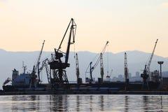 La silueta del puerto cranes y las naves, puerto de Rijeka, Croacia Fotografía de archivo