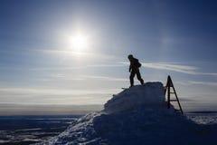 La silueta del Snowboarder en luz del sol en la montaña superior alista para la pendiente Fotos de archivo libres de regalías