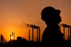 La silueta del trabajador de la refinería de petróleo Fotos de archivo