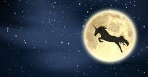 La silueta del unicornio que vuela sobre la luna en noche protagoniza Fotos de archivo