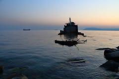 La silueta del viejo abandonado barge adentro el Mar Negro Fotografía de archivo libre de regalías