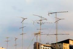 La silueta, telecomunicación se eleva con las antenas de TV y la antena parabólica en puesta del sol Muchos se dirigen las antena Fotografía de archivo